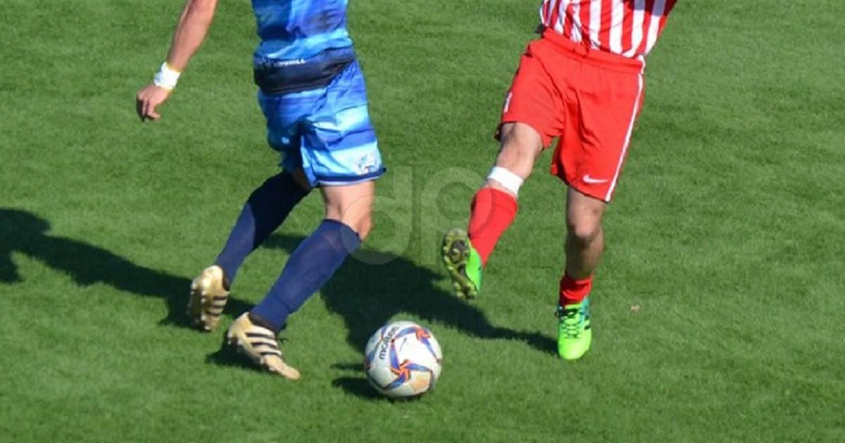 Calciatori in azione con pantaloncini rossi e blu