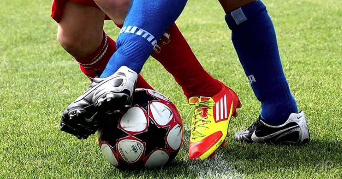Calciatori dilettanti pallone scarpe giallorosse