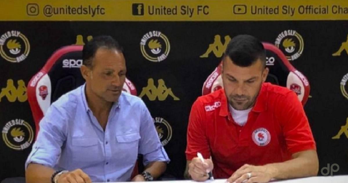 Giuseppe Lacarra al momento della firma con la United Sly 2018