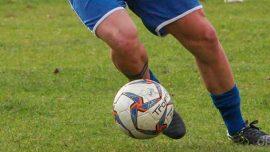Calciatore pallone pantaloni blu