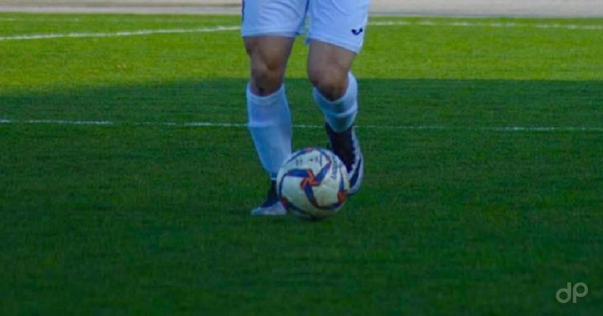 Giocatore pallone maglia bianca