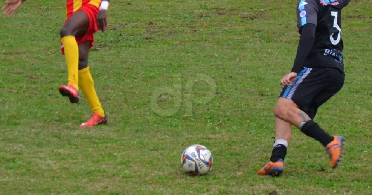 Giocatori pallone calzettoni gialli e blu