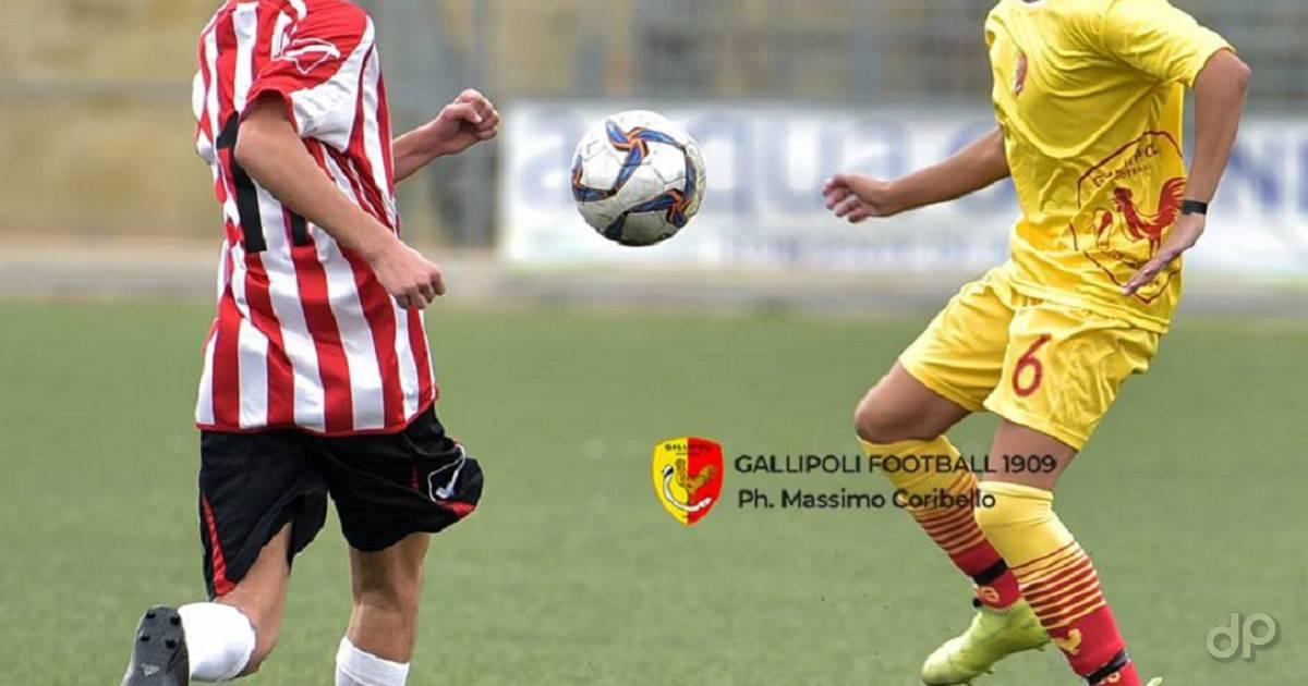 Giocatori pallone maglia gialla e biancorossa