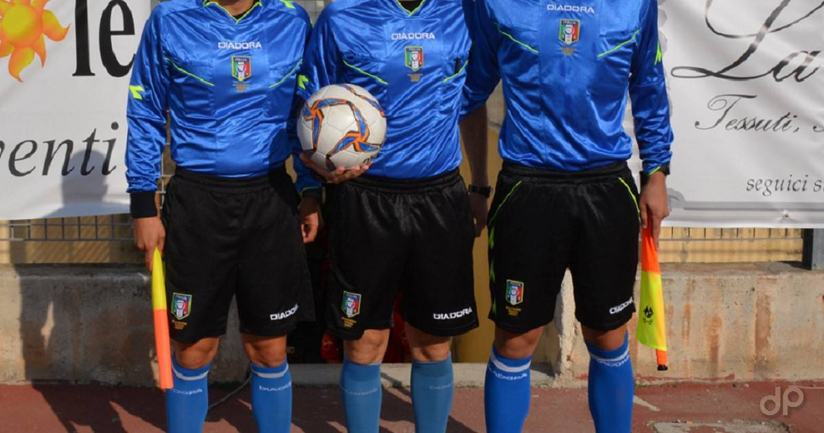 Arbitri maglia azzurra pallone Lnd