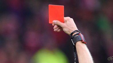 Cartellino rosso mano arbitro