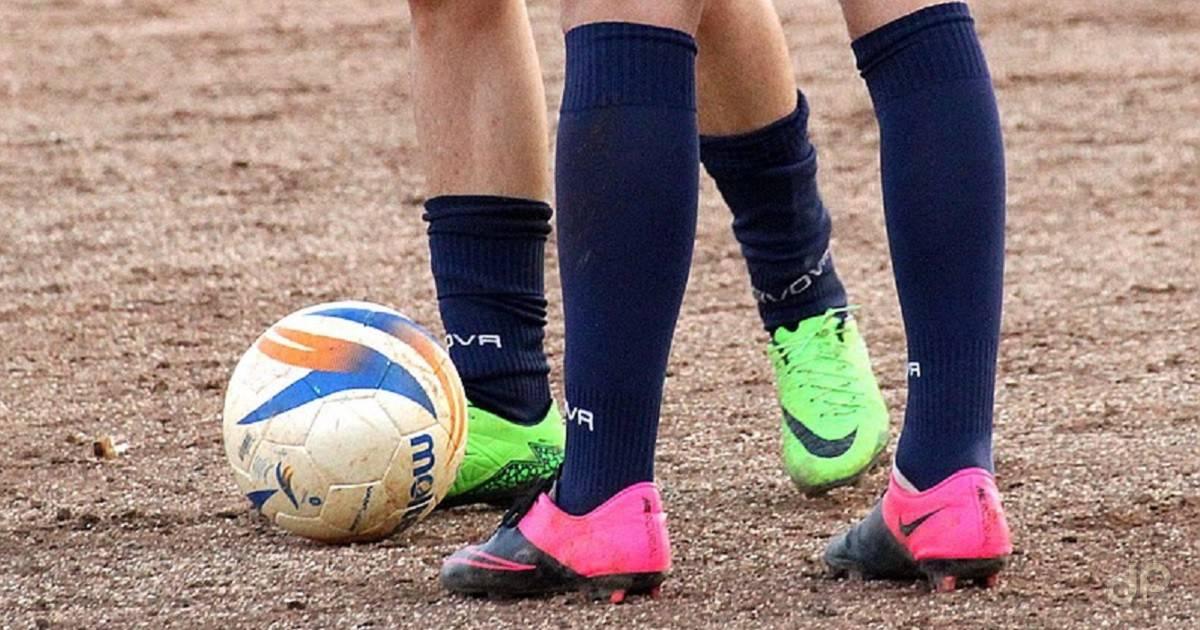 Pallone calciatori calzettoni blu