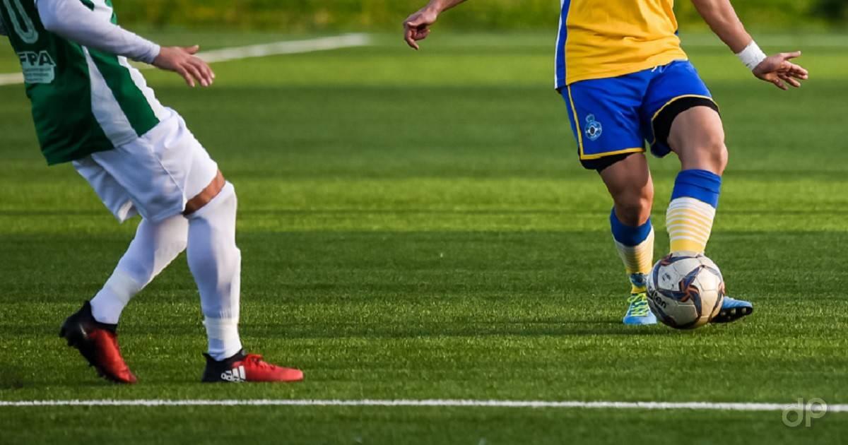 Giocatori calzettoni bianchi e gialloblù