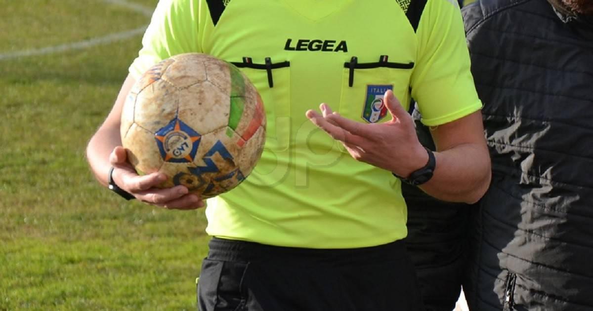 Arbitro maglia gialla con pallone Lnd