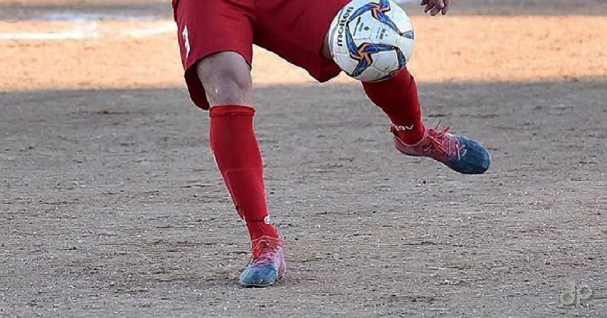 Calciatore pallone Lnd alzettoni rossi