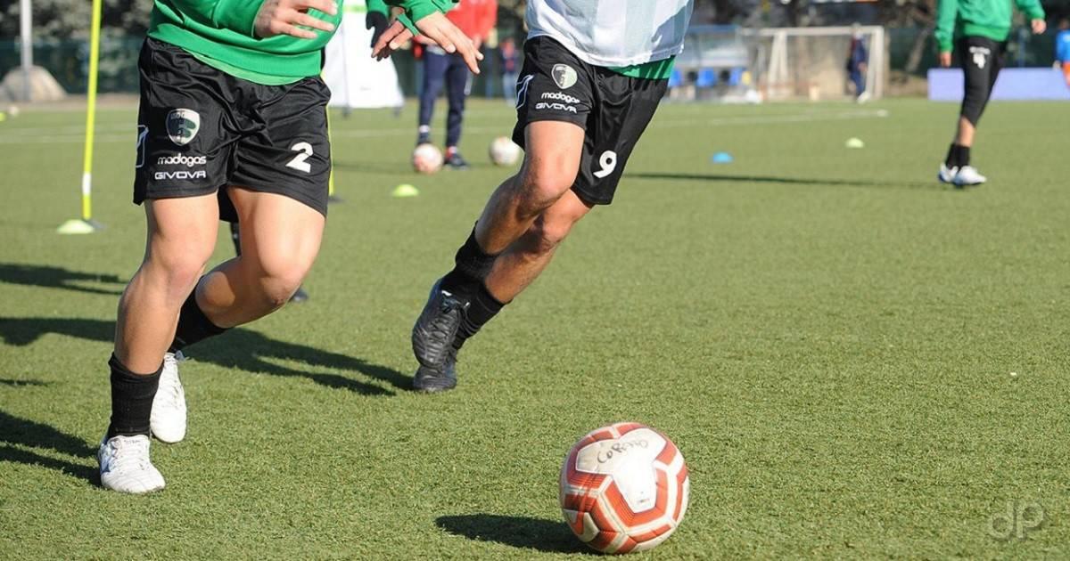 Calciatori con pallone in allenamento