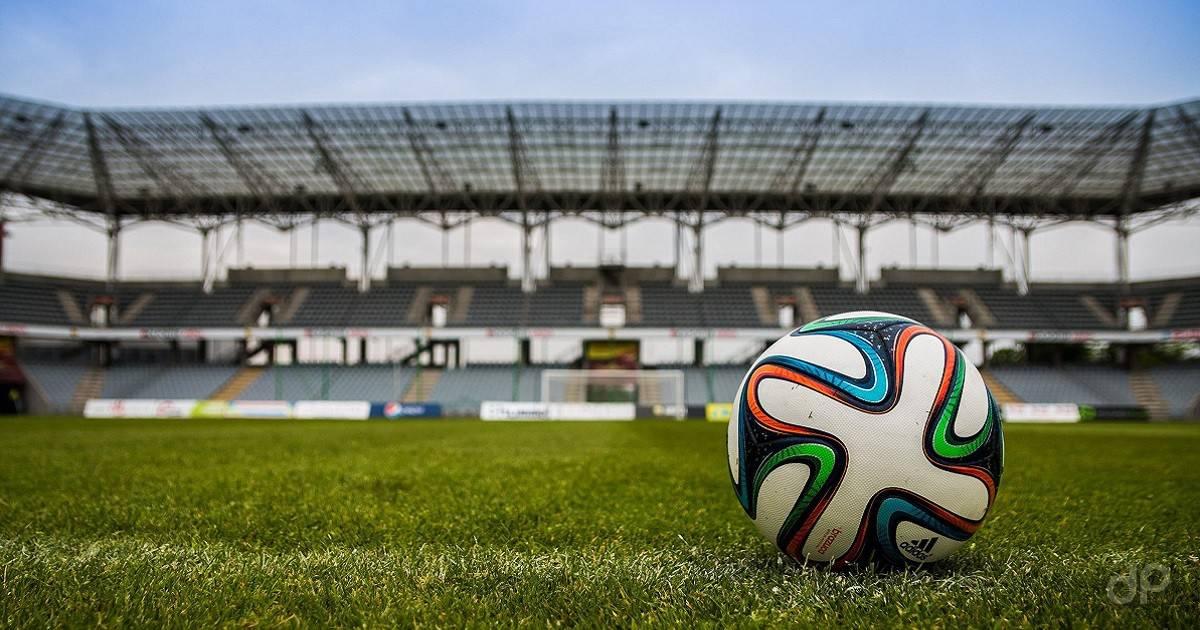 Pallone Adidas su campo da calcio