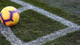 Pallone sul campo da calcio