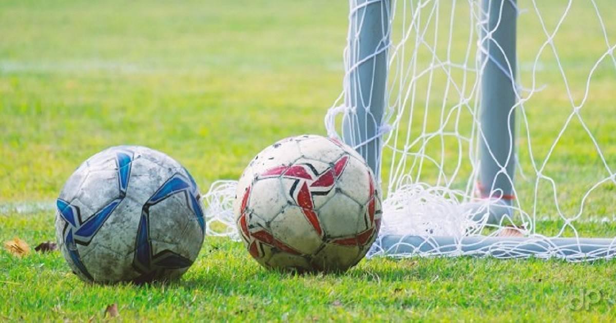 Palloni calcio vicino rete
