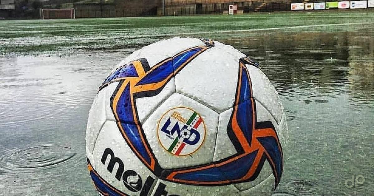 Pallone Lnd su campo con pioggia