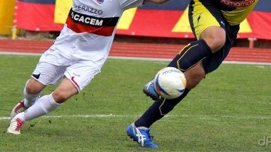 Calciatori Lnd con pallone con calzettoni e bianchi-blu