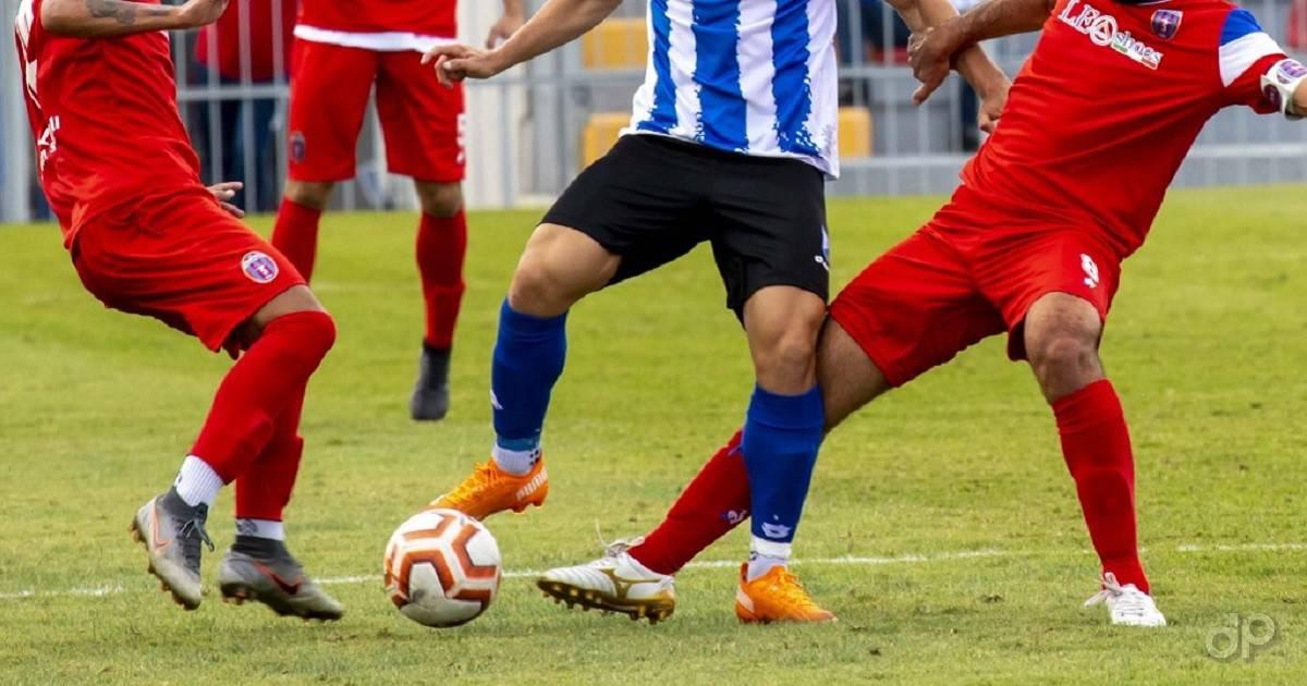 Calciatori dilettanti pallone calzettoni rossi