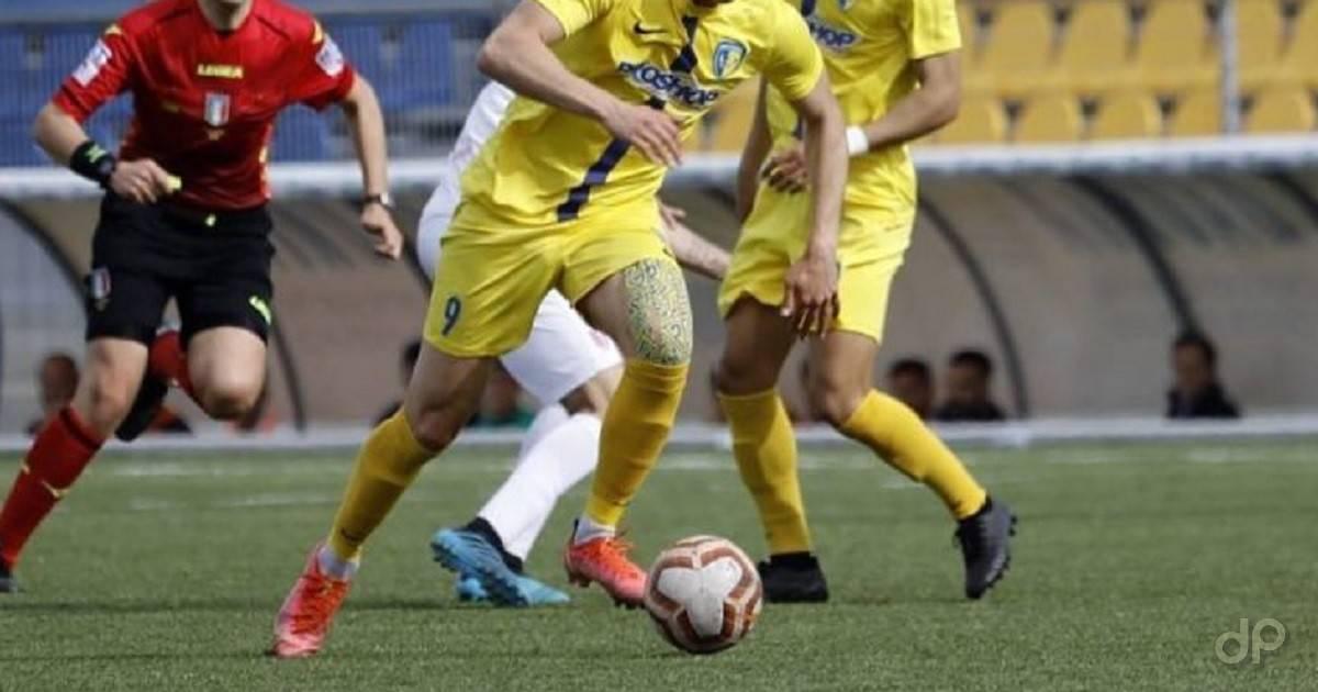 Giocatori con maglia e pantaloni gialli